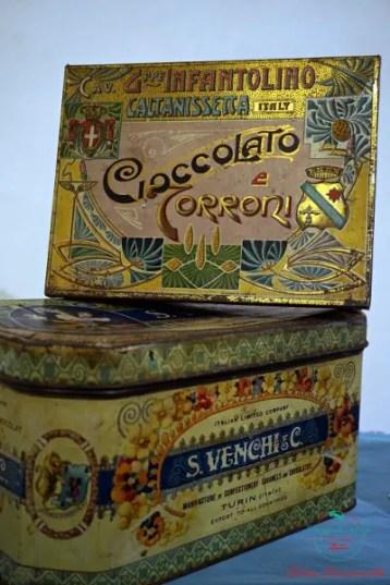 Una scatola di cioccolato venchi in mostra al forte di gavi per la mostra scatole di latta al forte di gavi