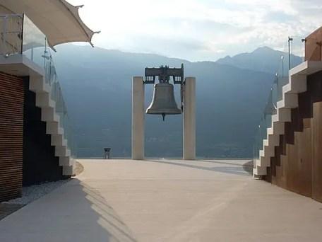 cosa vedere a rovereto? La campana dei caduti. By Gio 2000 [CC BY-SA 3.0 (https://creativecommons.org/licenses/by-sa/3.0)], from Wikimedia Commons
