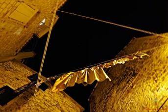 scorci del centro storico di trogir: panni stesi.