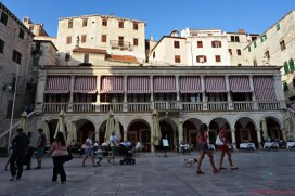 cosa vedere nei dintorni di spalato: sibenik e la loggia grande, una delle location di game of thrones in croazia.