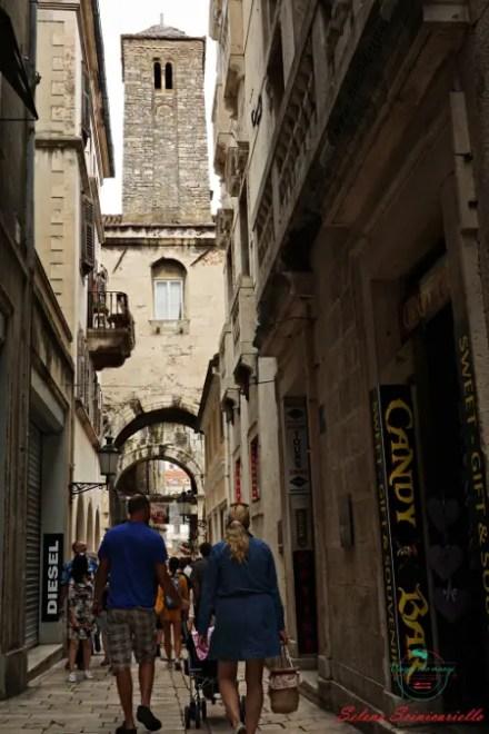 visitare spalato vuol dire camminare per i vicoli del centro storico di spalato.