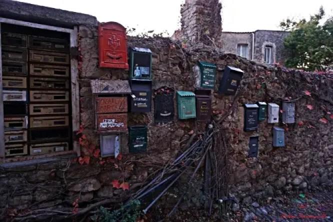 cosa vedere a bussana vecchia: le cassette delle lettere poco fuori dal paese.