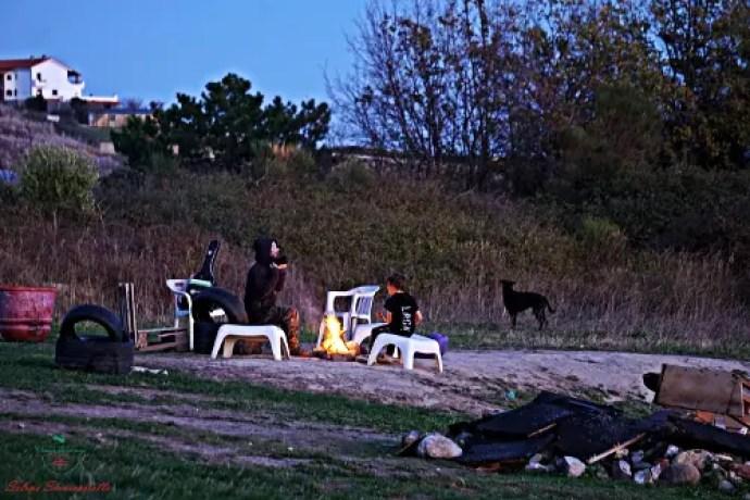 giochi sul prato fuori dal borgo ligure di bussana vecchia.