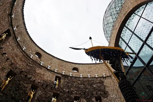 cosa vedere a figueres: il cortile interno del teatro museo dalì custodisce un'installazione spettacolare.