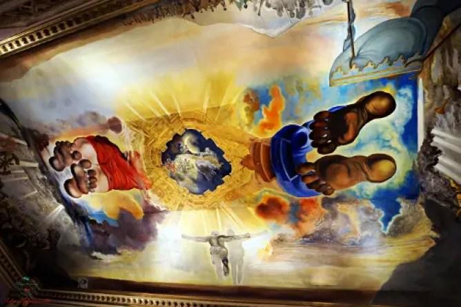 cosa vedere a figueres: La rivisitazione daliniana della Cappella Sistina all'interno del museo dalì.
