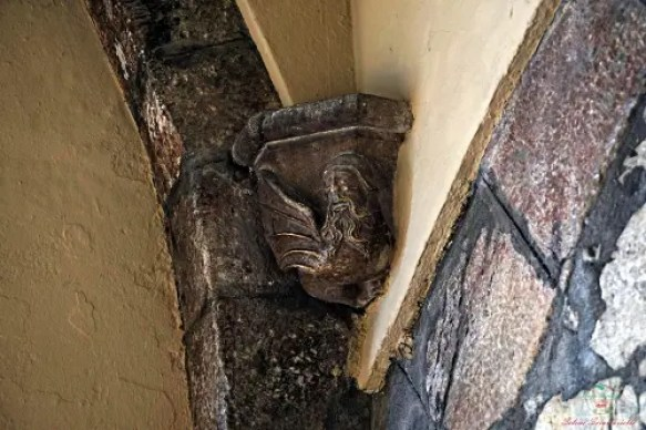 Il Vampiro della Rambla è una delle leggende di Girona e questa è la figura che si trova in uno degli angoli dei portici.