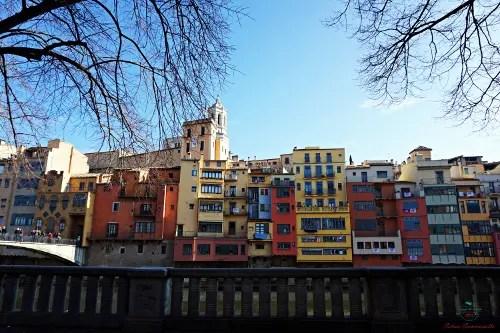 cosa vedere a girona in un weekend: I colori delle cases penjades di girona..