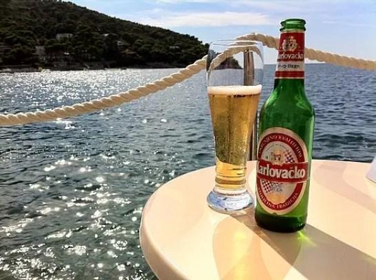 La Karlovacko è una delle migliori birre dei balcani. By S J Pinkney (Flickr: Dubrovnik, Croatia) [CC BY 2.0 (https://creativecommons.org/licenses/by/2.0)], via Wikimedia Commons