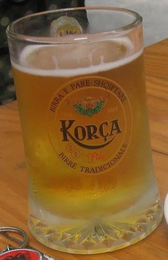 Se vuoi sapere quali birre bere nei balcani assaggia la birra Korca albanese. By Gertjan R. [CC BY-SA 3.0 (https://creativecommons.org/licenses/by-sa/3.0)], from Wikimedia Commons