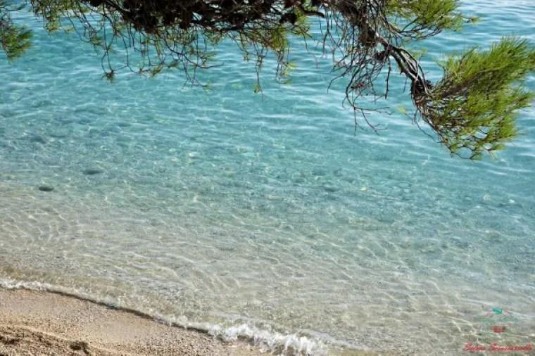 tra le foto più belle scattate in viaggio c'è quella del mare di Tučepi in Croazia.