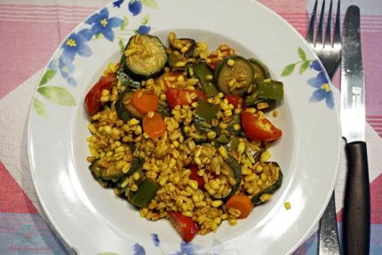 Una delle ricette estive veloci che tri propongo è un'insalata di riso con verdure.