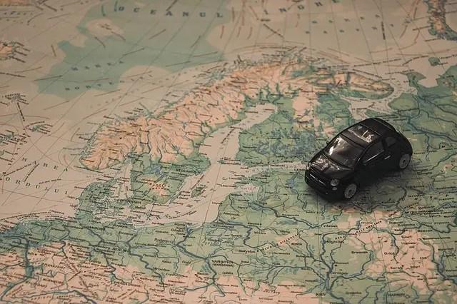 """Immagine di copertina del blog post """"Viaggi on the road: buoni motivi e consigli per viaggiare in auto"""" del travel blog Viaggi che mangi di Selene Scinicariello."""