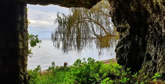 Cosa vedere sul Gargano: Il Lago di Varano dall'interno di una delle grotte dei Pannoni.