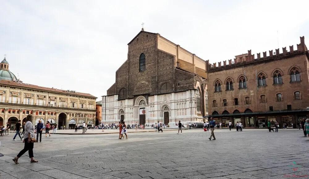 Cosa vedere a Bologna in un giorno: Basilica di San Petronio in Piazza Maggiore.