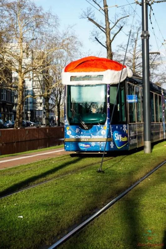 Cosa vedere a rotterdam a natale: Tram n°25 con il cappello di Babbo Natale.