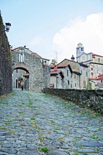 Ingresso a Mulazzo, uno dei borghi della Lunigiana.