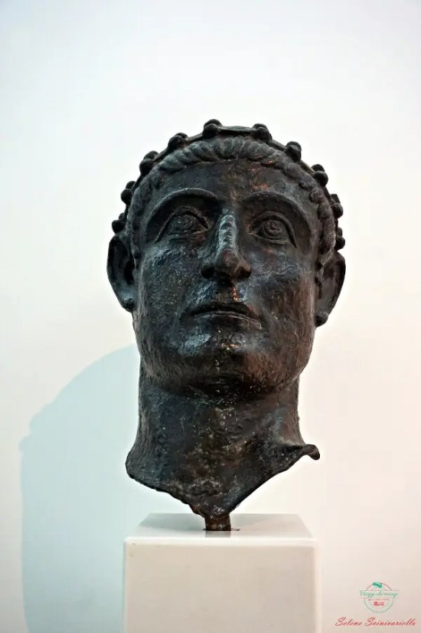 cosa vedere a Niš: il museo archeologico e il bronzo dell'imperatore costantino.