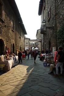 La strada principale di Filetto, uno dei borghi della Lunigiana.