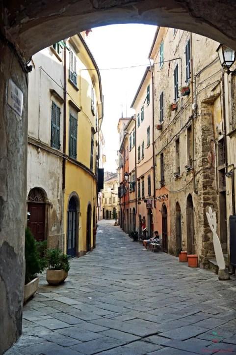 Una delle strade del borgo di Pontremoli.
