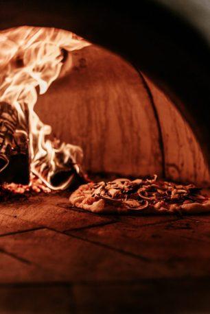 pizza napoletana che cuoce in forno