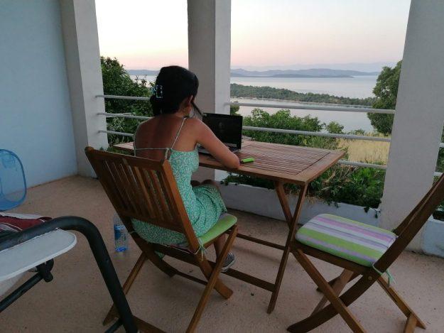 chi scrive di fronte a pc e vista panoramica da Dugi Otok