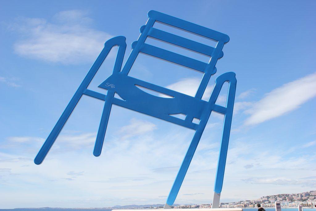 La sedia blu opera di SAB a Nizza