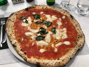 Pizza margherita da Michele a Roma