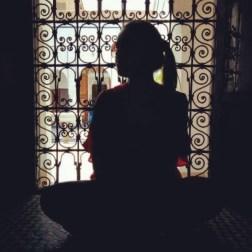 Inseguo il ricordo di un rifugio dal sole cocente. Un'ombra nell'ombra del Museo di Marrakech. Un nascondiglio che rinfresca la pelle ma non il cuore, ardente di scoperta.