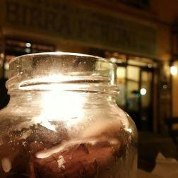 Una passeggiata nel mio quartiere di Roma Preferito, il Rione Monti. Un salto nella Roma che mi piace, quella un po' vintage, e un semplice barattolo con una candela ad illuminare il tavolo sul quale di lì a poco avrei mangiato. Particolari che adoro e dal fascino, per me, irresistibile.