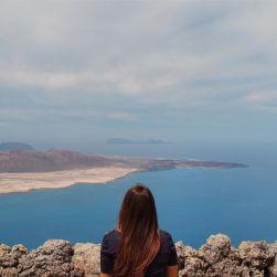 """""""Come una barca fatta di carta che se si bagna affonda"""". Un momento di solitudine e di fragilità racchiusa in uno scatto in cui sono piccola nel mondo. Un ricordo di Lanzarote con lo sguardo rivolto in avanti. Sempre e comunque."""