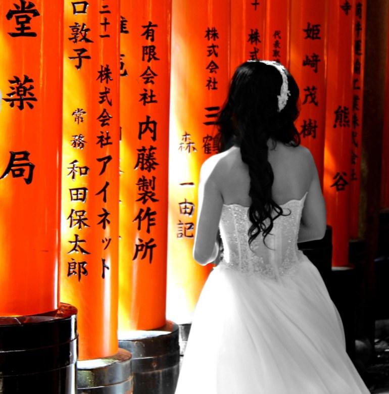 Sposa al Fushimi-Inari di Kyoto, in Giappone