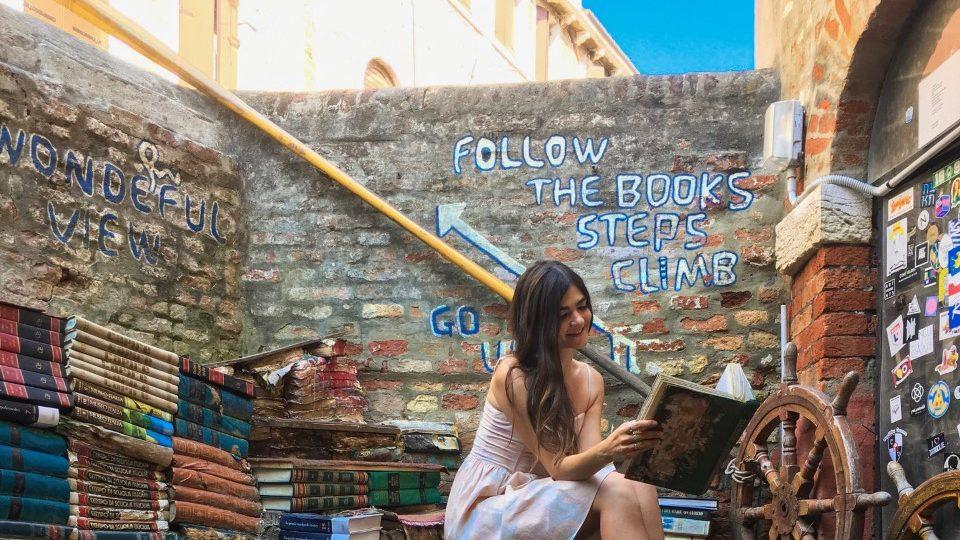 Libreria Acqua Alta a Venezia, tra libri, gondole e gatti.