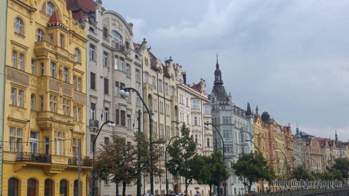2-palazzi-lungo-la-moldava-praga