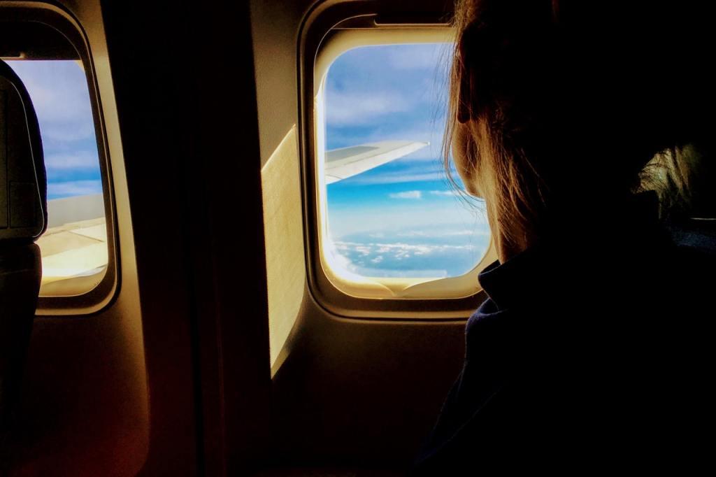 guardare fuori dal finestrino aereo