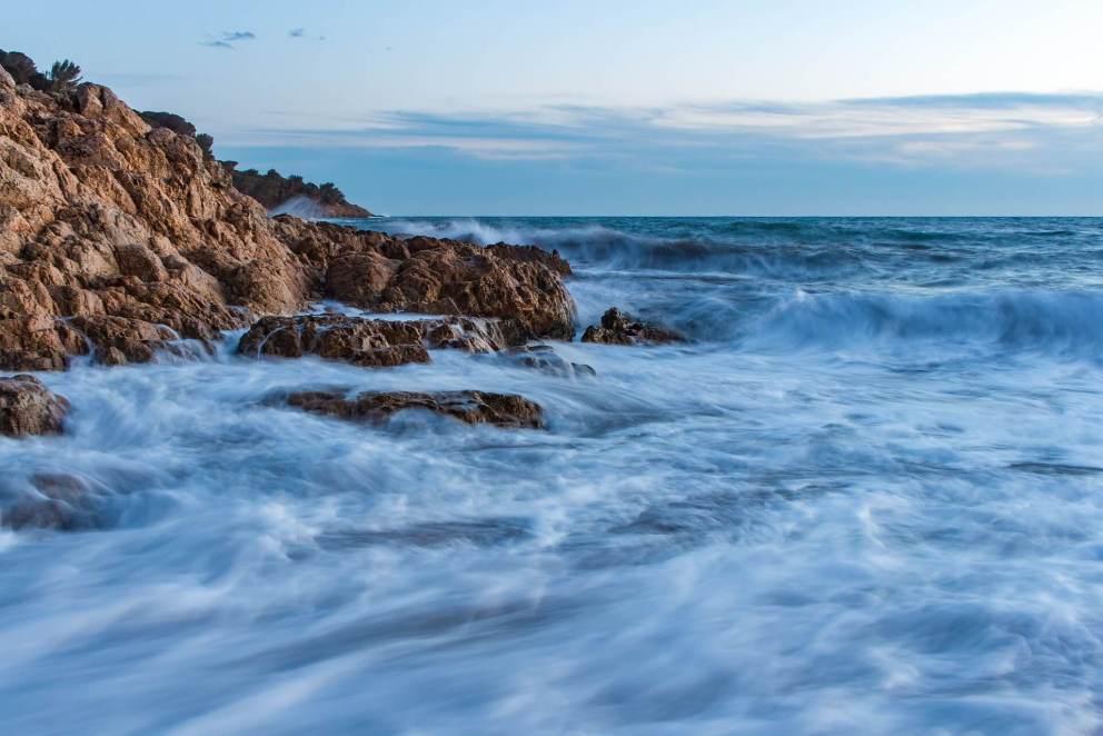 Foto con leggero mosso fotografico sulle onde del mare