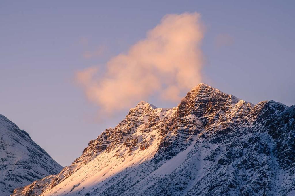 Montagna innevata fotografata al tramonto