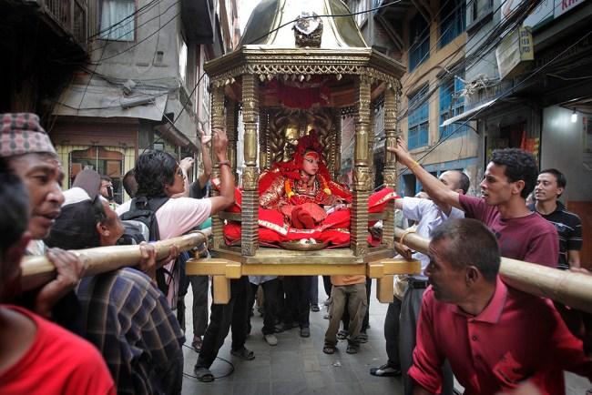 La kumari tra le macerie del Nepal
