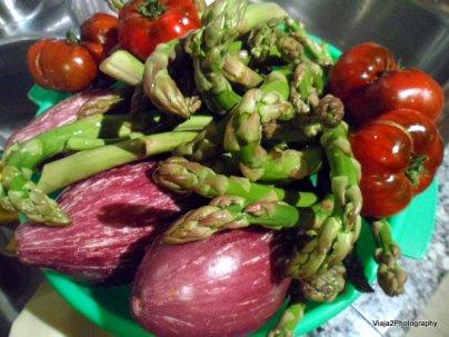 Verde, púrpura y rojo;Espárragos verdes, Berenjenas y Tomates.