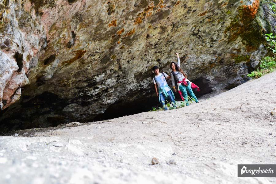 A la entrada de la cueva.