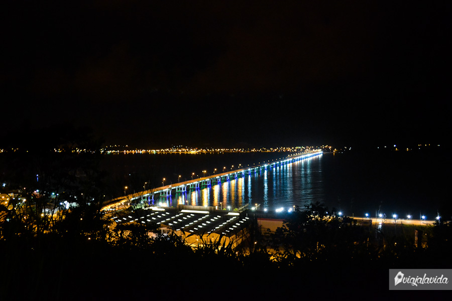 Puente Los Caras iluminado