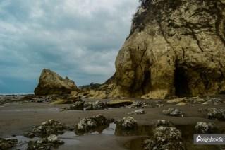 Cuevas y rocas a la vista.