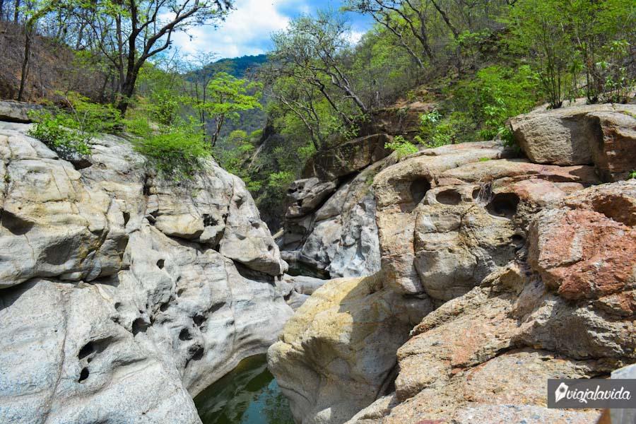 Formación rocosa y laguna