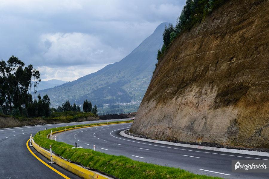 Carretera con vista a la monataña