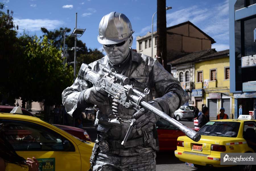 Hombre militar pintado de gris, haciendo como estatua