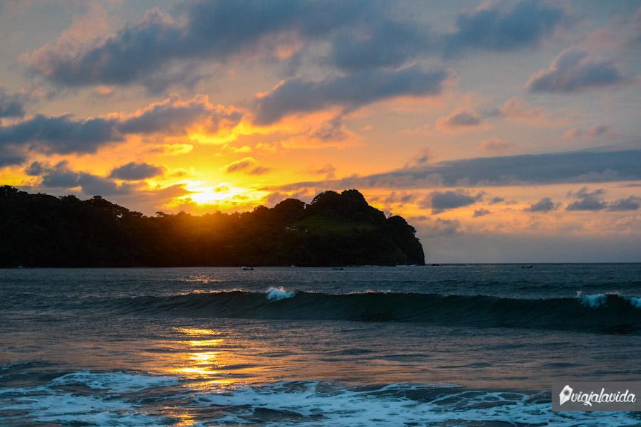 Cayendo el sol tras la montaña en la playa