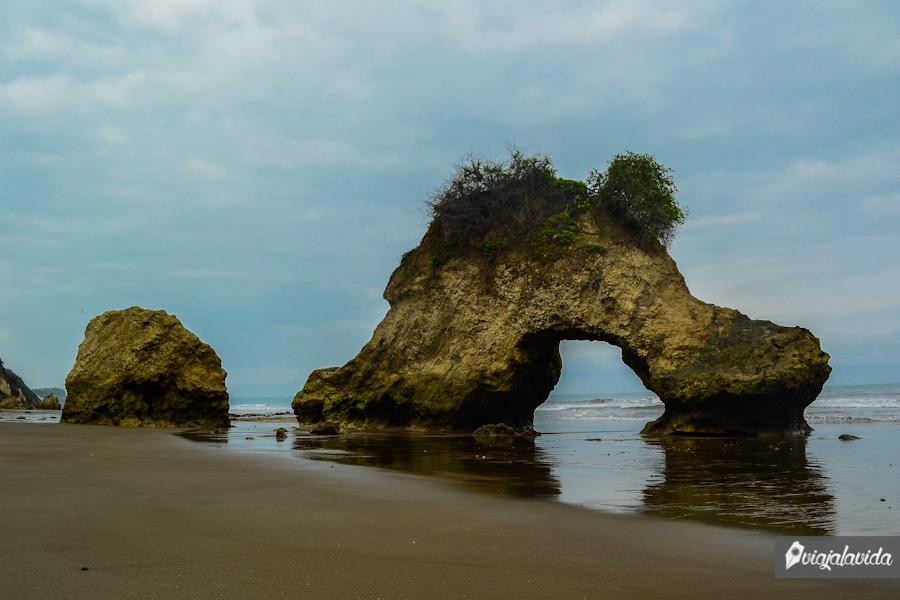 Roca en forma de arco frente al mar