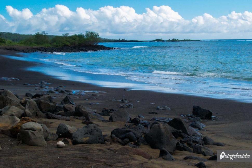 playa con rocas y arena negra