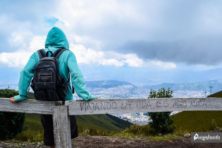 Sobre la montaña contemplando la ciudad
