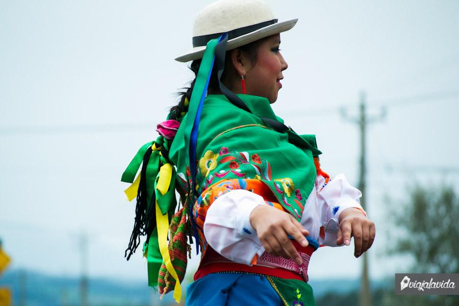 Mujer haciendo una danza folclórica con sus trajes típicos