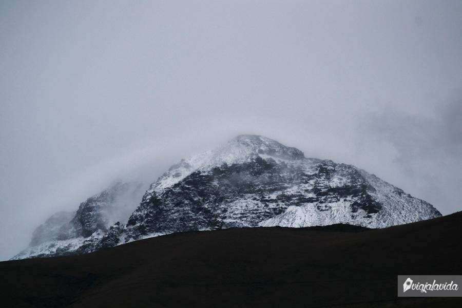 un gran nevado con el cielo despejado